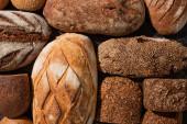 vrchní pohled na čerstvé pečené chlebové bochníky