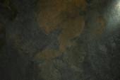 světlý hranol s paprskem na tmavém kameni textury pozadí