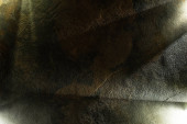 Fotografie světlý hranol s trámy na tmavé kamenné textuře pozadí