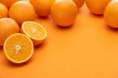 zralé chutné střih a celé pomeranče na barevném pozadí