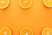 Draufsicht auf saftige Orangenscheiben auf buntem Hintergrund