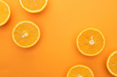 vrchní pohled na zralé šťavnaté pomerančové plátky na barevném pozadí