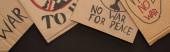 pohled shora na lepenkové plakáty bez válečného nápisu na černém pozadí, panoramatický záběr