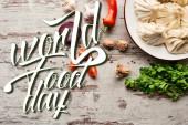 vrchní pohled na lahodné khinkali v blízkosti zeleniny a koření na dřevěném stole s kopírovacím prostorem, světová kuchyně den ilustrace