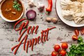 vrchní pohled na lahodné khinkali, kharcho v blízkosti zeleniny a koření na dřevěném stole, bon appetit ilustrace