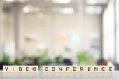 Fotografie weiße Würfel mit Videokonferenz-Schriftzug auf weißem Schreibtisch