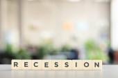 Weiße Blöcke mit Rezessionswort auf Bürotisch