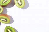 Ansicht von reifen und grünen Kiwi-Fruchthälften auf weißem Grund