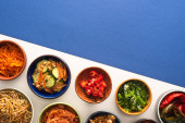top view tálak koreai hagyományos oldalsó ételek kék és fehér