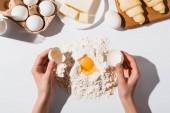 levágott kilátás nő csinál tészta croissant fehér alapon