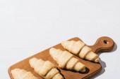 nyers friss croissant fa vágódeszka fehér háttér másolási hely