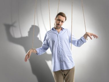 man on manipulating ropes