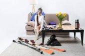 Mladá sportovkyně nosí teplé ponožky, lyžařské vybavení blízko