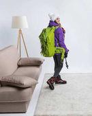 mladý turista v teplé oblečení s batohem připraven k cestování