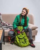Fényképek fiatal hegymászó a hátizsák és a jégcsákány otthon