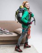 Fényképek fiatal, boldog mászó jégcsákány, hátizsák, hegymászó kötél otthon