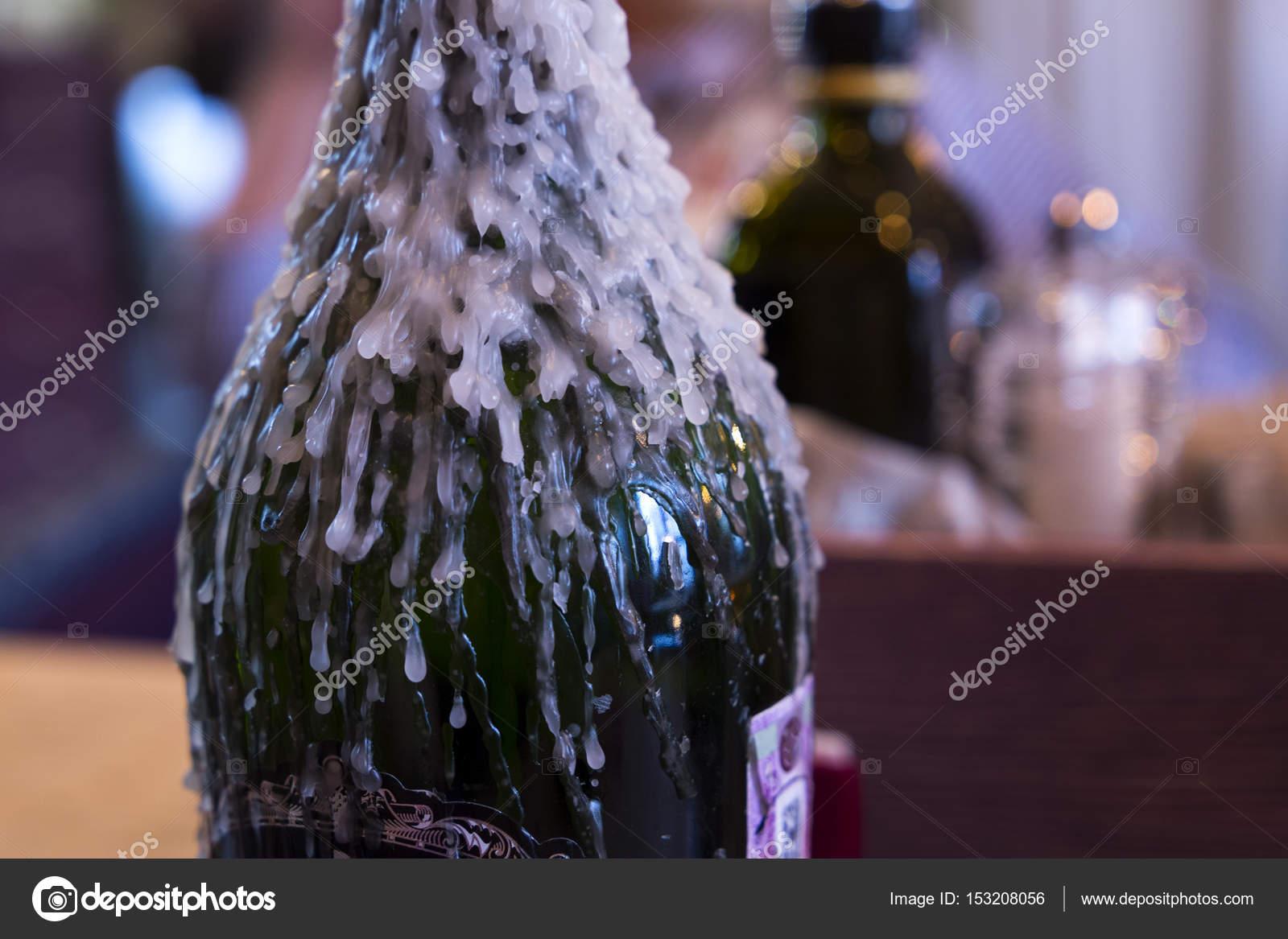 Weinflasche kerzenständer mit geschmolzenem wachs u2014 stockfoto