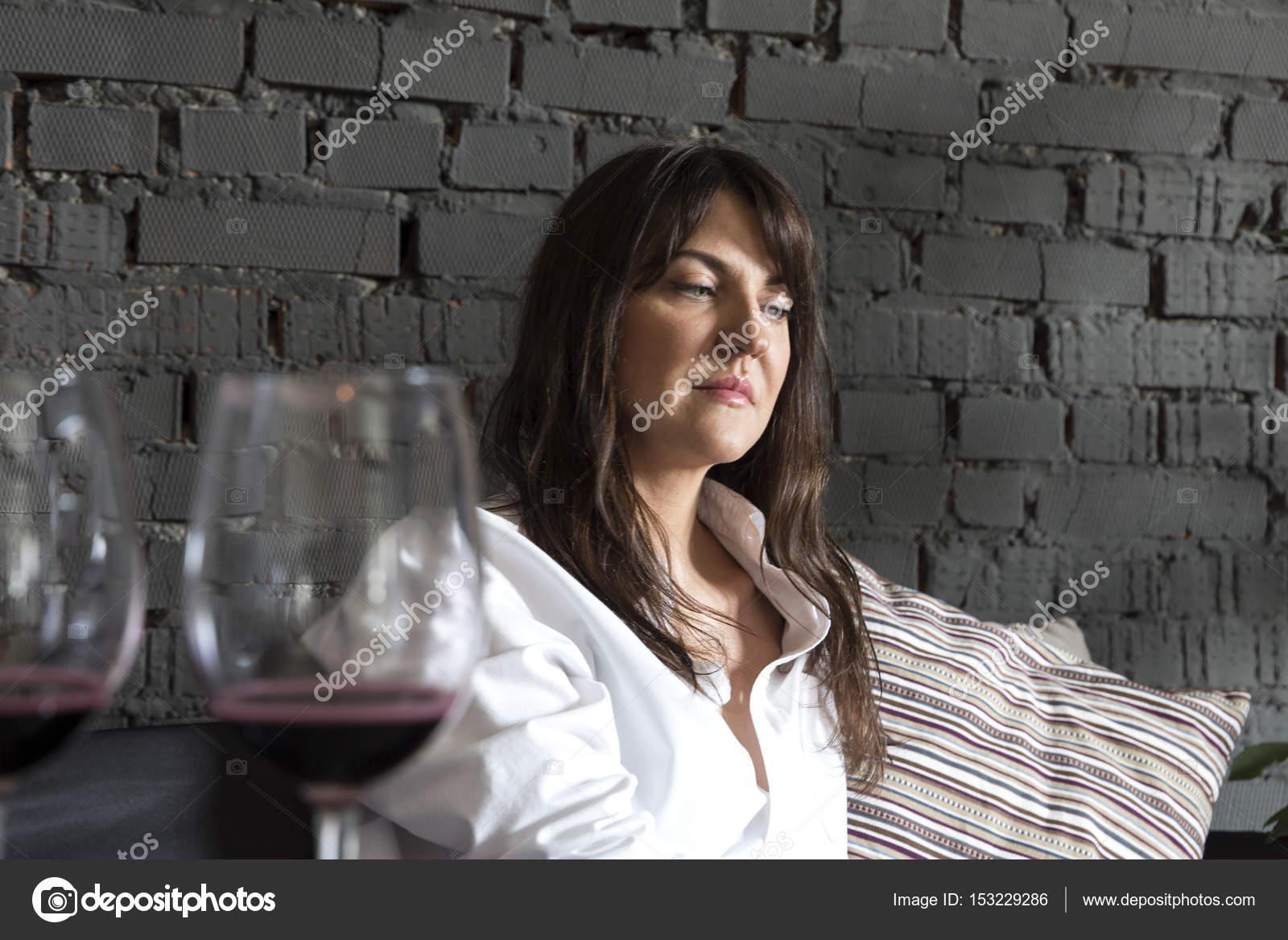 Schöne Frau trinkt Wein in der Nähe der Bar Theke — Stockfoto ...