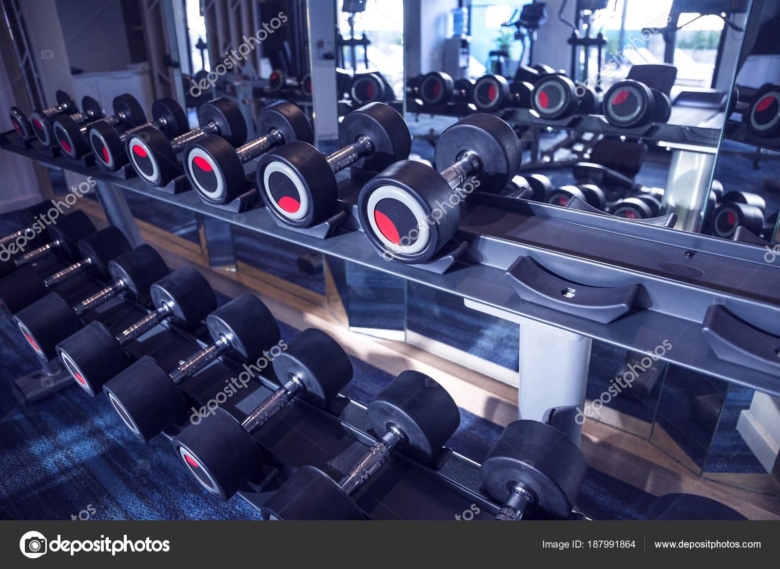 Fitness und Training Ausrüstung: Reihe von modernen Hanteln auf dem ...