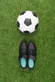 fotbalový míč s černými botami