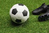 fotbalový míč s sportovní obuv