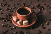 Keramický šálek hnědého cukru