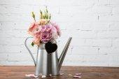 Fotografie schöne Blumen in der Gießkanne