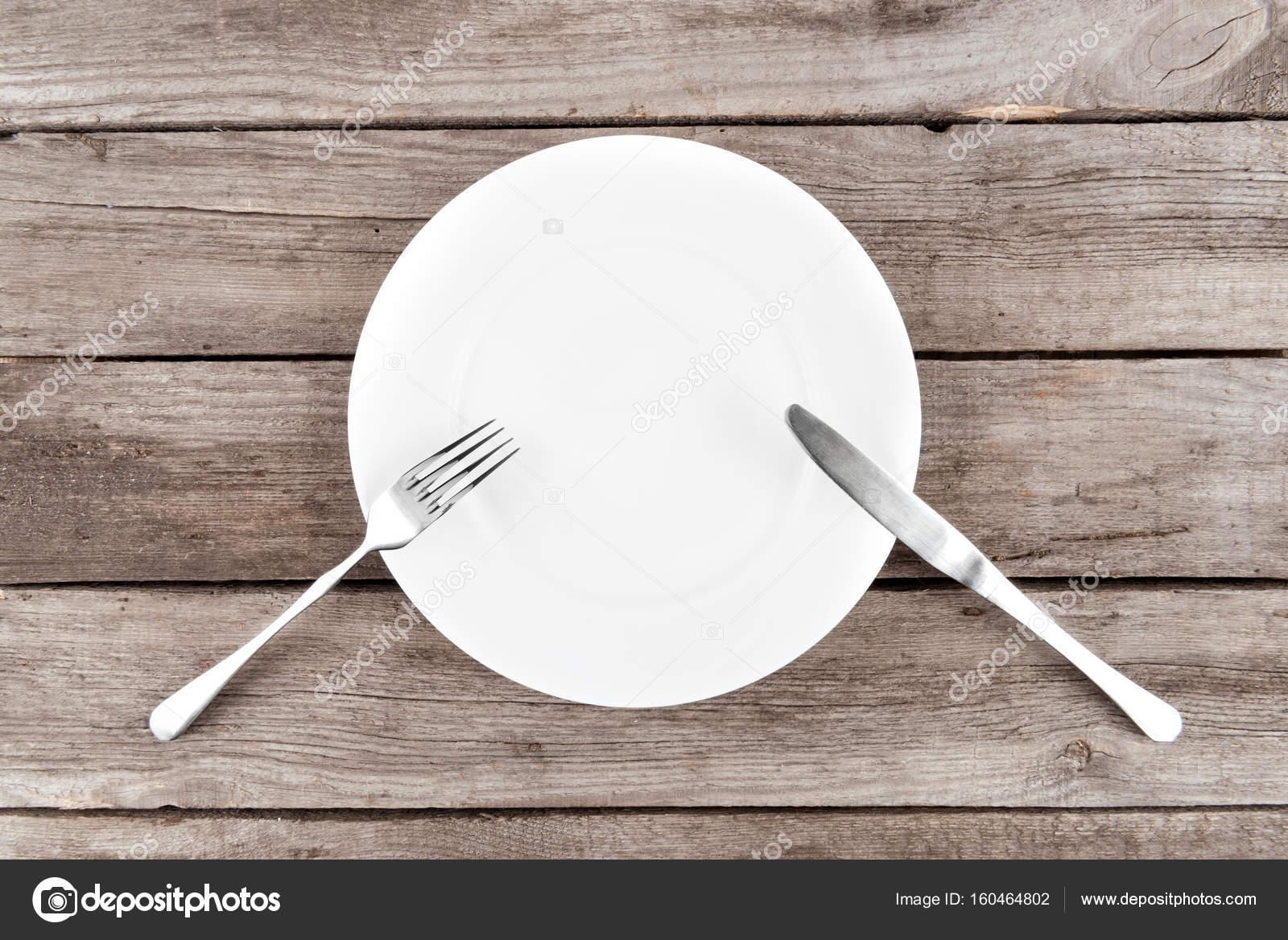Vaak leeg bord en bestek op tafel — Stockfoto © AntonMatyukha #160464802 #NH75