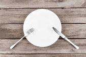 prázdný talíř a příbory na stůl