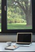 stůl v domácí kanceláři