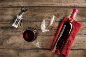 Lahev růžového vína a pohárky