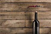 láhev červeného vína a vývrtka