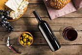 Photo wine, bread, olives and cheese