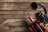 láhev na víno, sklenice na víno a vinné hrozny