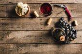 üveg bor, a borospohár és a szőlő