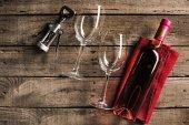 rózsaszín bort és wineglasses