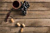 Glas Rotwein und Trauben