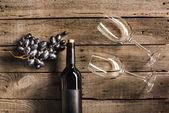 vörös bor, szőlő és wineglasses