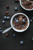 zmrzlina s borůvkami a lískových ořechů