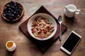 Kukuřičné vločky, bobule a smartphone