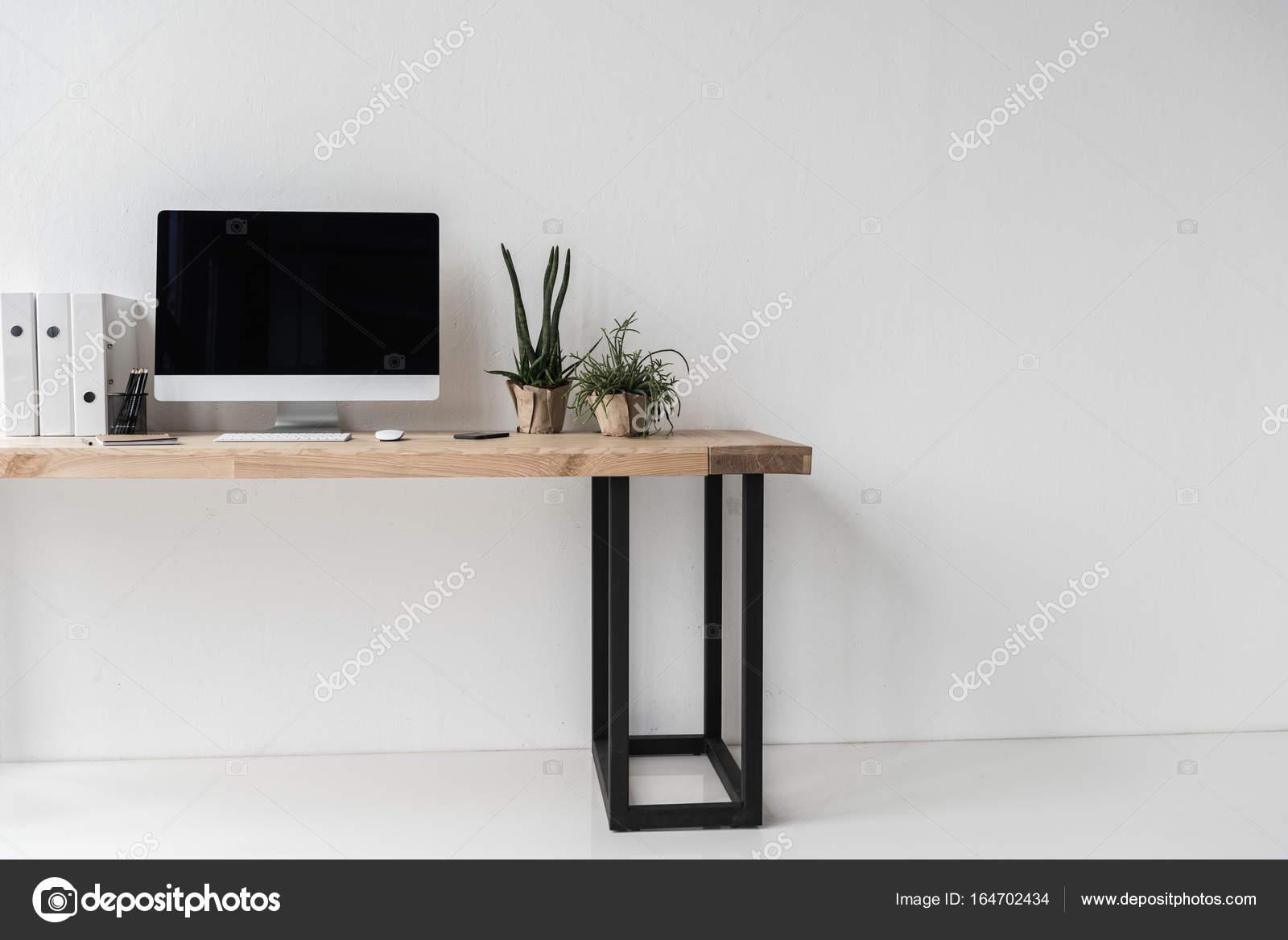 Lieu de travail avec ordinateur de bureau moderne u photographie