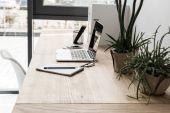 Fényképek A munkahelyen a hordozható számítógép