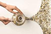 Fotografie person pouring herbal tea