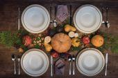 Fotografia Tabella servita con raccolta di autunno