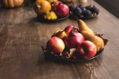 zralé podzimní ovoce na stole