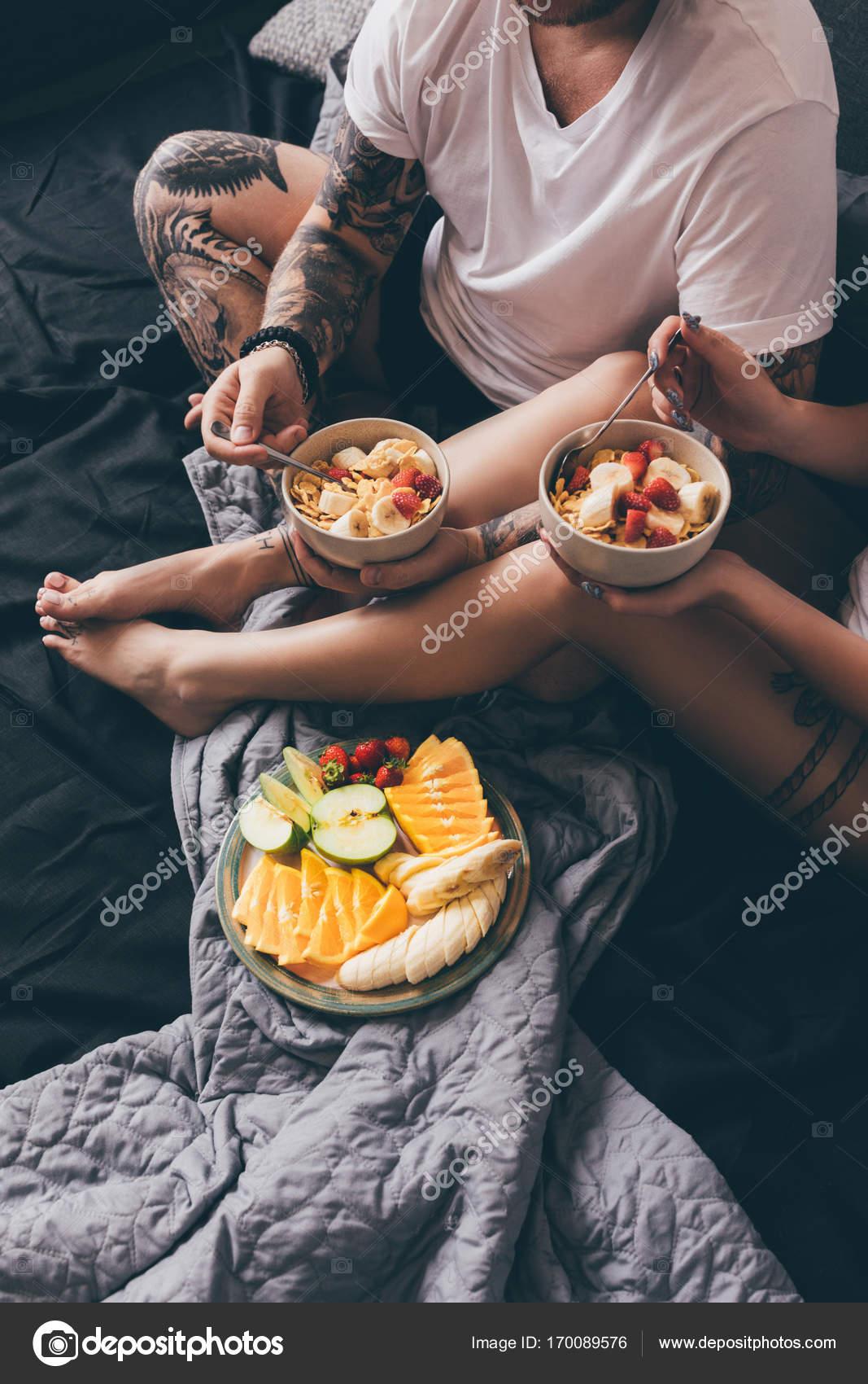 petit d jeuner sain dans le lit de couple photographie antonmatyukha 170089576. Black Bedroom Furniture Sets. Home Design Ideas