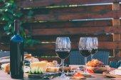 červené víno s různým občerstvením