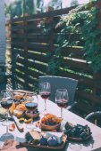 Fotografie červené víno s různým občerstvením