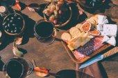 červené víno a občerstvení