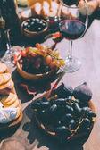 hrozny a fíky jako občerstvení pro víno